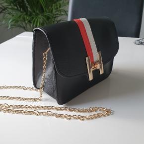 Håndtasker Pris : 180 DKK Udvendigt materiale:Polyurethan Materialets detaljer:Imiteret læder  Højde:14 cm  Længde:18 cm  Vidde:9 cm
