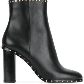 Valentino Garavani Rockstud ankle boots Et par Valentino støvletter af sort læder, monteret med nitter, med lynlås. Str. 40. (Svarer til ca. str. 39). Hælhøjde 9,5 cm. Dustbag medfølger. Brugt få gange. Fremstår med mærker på hæle. Vejl. Pris 7859,- Byd  Kan sendes for købers regning  Få 50% på din første Goodiebox! 🤩 Skriv din e-mail i pb, og jeg sender dig straks en kode! 🌸