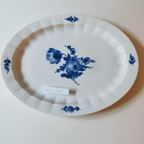 💙Royal Copenhagen blå blomst kantet  MEGA fad. Meget smukt. 💙  3 sort. Men kan ikke se hvorfor. Ingen skår, nister eller hårrevner.   Priside 1000 kr ( koster 1850 på nettet i samme sortering ) eller kom med et bud🙏