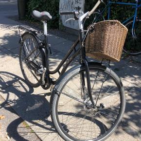 Super kvalitet cykel med fuldt udstyr. Har stået i cykelkælder og er i rigtig god stand.  - punkterfrie dæk - ny godkendt lås - skivebremse på forhjul - 7 indvendige Nexus gear - cykelkurv - relight lygter - ny sadel - ringeklokke  Sælger kun fordi størrelsen er lidt forkert til mig. Originalkvittering er desværre væk.  Kan ses og prøves på Frb C.