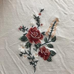 Fin hvid t-shirt. Lidt gennemsigtig, men meget behageligt og blødt stof.