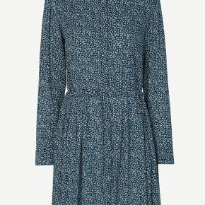 Blomstret kjole fra Samsøe & Samsøe med bindebånd og lange ærmer. Str M / 38-36  Brugt 1 gang.   Sælges da den er lidt for lang på ærmerne til mig (er en 36)  Nypris 1000,-  Sælges afhenter for 500,-