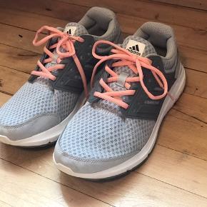 Sælger mine Adidas sportssko da de ikk lige er mig. De er blevet brugt maks 2 gange til træning :)  Der er en plet på den ene sko, som ikk kan fjernes, men det er ikk noget man lægger mærke til. 💞  Der følger et par vide snørebånd med hvis man bliver træt af det lyserøde ;)  kan sendes på købers regning eller kan afhentes i Aarhus  :)