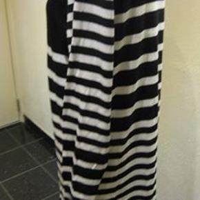 ZeZe strik kjole ingen str Bm 2x54 cm går lige ned Længde 97 cm - 75% viscose/nylon - 65 kr plus porto Sort/hvid (m9007)