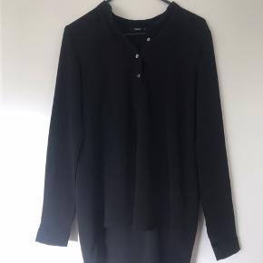 Elegant skjorte med knapper fortil og længde bagpå fra only.  Ekstra knappe medfølger, derudover er den lavet i 97% polyester, det vil altså sige den ikke krøller.  Sælges da den lige er det mindste til mig.  #30dayssellout
