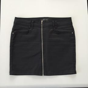Fed coated sort nederdel med lynlås detalje foran fra ONLY. Str. 36. Brugt 2 gange, er som ny. Nypris: 300 kr. Mp: 50 pp