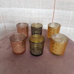 *Prisen er 25 kroner afhentet pr. sæt med to ens i pakken. 3 forskellige farver / mønstre.  3 sæt a 2 stk fyrfads stager i hhv. buet kobber mønster - sort stribet med guld indvendigt - guld blomstret/orientalsk mønstret.  De måler ca. 8,5cm i højden og har en diameter på 7cm.  Fragt med Dao udgør 37 kroner for 1 sæt, 38 kroner for 2 og 45 kroner for alle 3 sæt.   🌸 SÅDAN HANDLER JEG 🌸  💙 BETALING VIA MOBILE PAY 💙 💚 Varen går til først betalende. 💛 Bytter/refunderer ikke/tager ikke varer retur. 🏠Hentes på Amager, tæt på Bella Center. 📮eller sendes på købers regning med Dao/Gls med mindre andet er aftalt. 📸 jeg sender altid billede af pakken samt forsendelses oplysninger.  VED AFHENTNING: Udlevering af vejnavn når du er på vej. Resten af adr. får du, når du er her. Bliver tit brændt af - på forhånd tak for forståelsen!🏡  Slået op flere steder.   * Ønskes en TS handel kommer der TS gebyr oveni prisen.