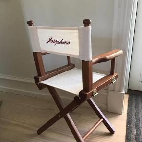 Børne instruktørstol. Klassisk instruktør stol. Ryg stykket kan tages af og der kan købes et nyt på nettet. .... Træstel, ryg og sæde af kraftigt råhvidt kanvas, som er vaskbart. mål ; H 58xD27xb30 cm Meget velholdt, super fin stand. Nypris 1200 kr.  Kan hentes i Rungsted. Sendes for 75 kr.  Se flere annoncer på Deal2deal Vintage  Mobilpay ellers ts gebyr  Børnestol Farve: se tekst Oprindelig købspris: 1200 kr.
