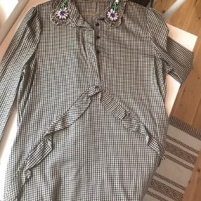 Causual kjole, som passer godt til et par tætte jeans. Jeg sælger, da jeg ikke får den brugt.