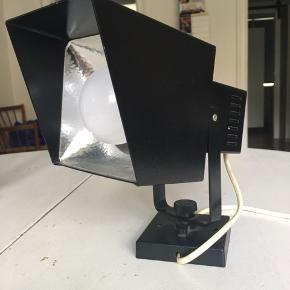 Gammel lampe/spotlampe fra Davids Lampe, type 100 i sort.