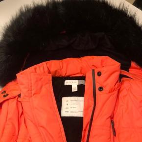 Super cool Top Shop Sno jakke, brugt 1 uge og fremstår derfor som ny. Sejeste coral farvede med pelskrave. Str 36 og passer ca 13-14 år.