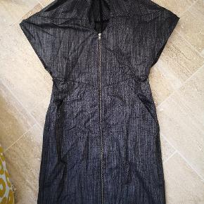 Kollektions kjole købt direkte hos won hundred. Desværre kom jeg aldrig i den.  Lidt stretch
