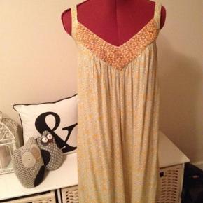Skøn kjole med perler på forstykke