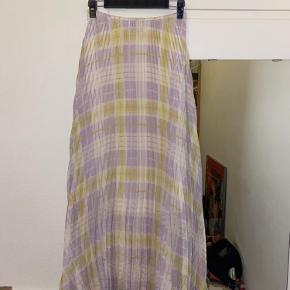 Sådan en flot lang nederdel! Jeg er dsv kun 160 og føler ikke jeg er høj nok til den..  jeg har haft den på to gange og trådte i den når jeg gik derfor har den lidt slid i enderne som vist på billedet! Men fejler ellers intet! Byd gerne!🌸