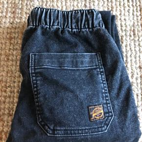 Super lækker baggybuks i blødt cowboymateriale. Aldrig brugt. Købt for små.