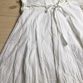 Bomulds nederdel to lag med broderi og bindebånd. Lynlås i siden. Længde 61. Talje 46x2.   Kig forbi mine annoncer 😊 Altid mængderabat