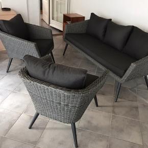 Super smukt Lounge sæt bestående Af sofa og 2 lænestole har stået i udestue og har kun siddet i meget kort så de er faktisk nyt der er stadig mærke på sofaen se billed 6 Nypris 5000kr sælges grundet Mulig flytning er lavet i aluminium Og polyrattan er beregnet til både ude og indendørs super skønt sæt Sælges kun ved afhentning på adressen på vestamager Mvh wisper54