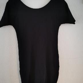 Lækker sort kjole i kraftig ribbet kvalitet fra Ganni med V udskæring i ryg.