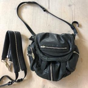 Sælger denne her Alexander Wang taske, ny prisen ligger på omkring de 6800kr og den er næsten som ny! Der medfølger også en rygsæk rem, håber jeg kan finde kvitteringen:)) men byd gerne