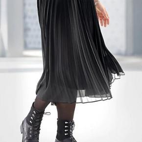 Fin helt sort plisseret nederdel.. Brugt en enkelt  Str 36