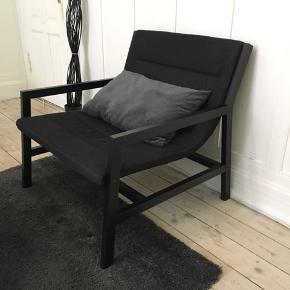 Sælger denne lækre stol i sort/grå, da jeg ikke har plads mere.  Stolen fejler ingenting og er kun et halvt år gammel.  Den måler 80b, 80d, 80h(med ryglæn), 40h(siddehøjde)