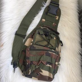 Militær taske sælges. Brugt enkelte gange. Lynlåstrækkeren er knækket, men kan lynes uden problemer