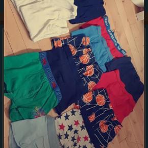 Tøjpakke med undertøj, t-shirts og bluser.