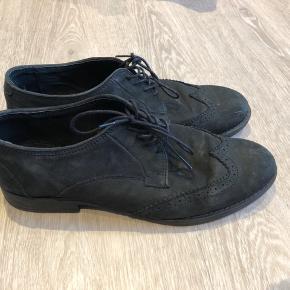 Suler flotte sko i rigtig god stand.  Afhentes i Aalborg eller sendes på Købers regning.