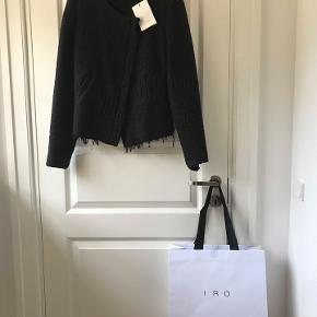 Iro paris jakke, flot bearbejdet. str. 36.   kr. 700.- brugt få gange, som ny. Nypris 3800.- Kan ses i Rungsted. Porto 38 kr.
