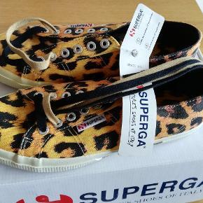 Superga Sneakers i str. 39  Nypris: 699 kr. Stand: Ubrugt  Prisen er fast.  Kan afhentes i Aarhus C. Fragt 45 kr. med Dao.