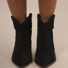 """DEWINA ankel boots i sort ( ikke dem med """"slidt"""" look på snuden. Passer en str 38,5. Brugt ca 10 gange. Sælges kun ved rette bud da jeg blot har forkøbt mig"""