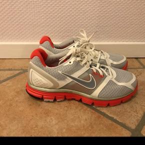 Nike lunar glide+ løbesko, som kun er brugt 2 gange. Str 38. Sælges da jeg ikke får dem brugt. Står som nye. Np var 1500. Byd gerne :)