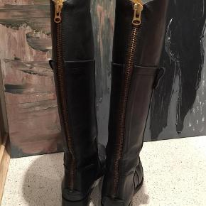 Lækre luksus støvler med guldfarvet skind foer. Virkelige flotte, ren luksus.  Kom med et bud, har lidt for mange støvlerne skabet. Bud fra 700 pp.  Andet Farve: Sort