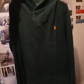 Vintage Ralph Lauren bluse/trøje med det klassiske logo i orange og en høj flot krave med knapper.  Brugt og vasket en del gange, men uden synlige brugsspor eller anden form for slid.