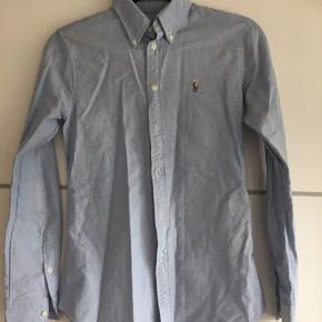 Original Ralph Lauren skjorte.. Kun brugt et par gange, da købt for lille.. fremstår som ny Nypris's 799,-