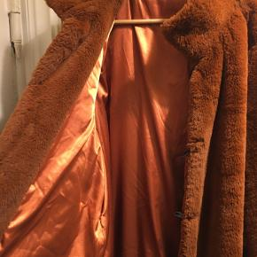 Rustfarvet faux pels