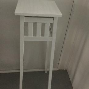 Hvidt højbord til evt. vase, plante, eller lampe. Mål: 81 cm høj 24x24 cm bred.