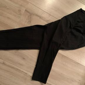 Nålestribede sorte bukser fra Nielsens Teenz butikken. Mærket Nifty - nypris 300kr  Fejler intet..