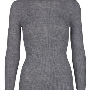 Lækker bluse i 50% lambswool og 50% akryl.  Brugt en gang. Ingen fnuller eller slid.