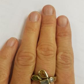 Flot 8 Karats 333   guld ring  brugt få gange   større passer til en str 53- 54   med 1 zycon    3 ægte farvede  ædelsten lyseblå, grøn og champagne  farvet  nypris 1650 kr   sælges for kun 750  kr  Afhentning på adressen i Hvidovre