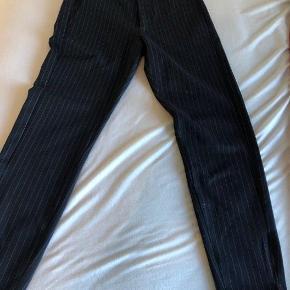 Varetype: bukser Farve: Navy Oprindelig købspris: 700 kr. Prisen angivet er inklusiv forsendelse.  Sælge disse GABBA chinos / habitbukser i størrelse XS Nypris 700kr - tag dem for sølle 350kr  Fragt er ikke inkluderet i prisen!