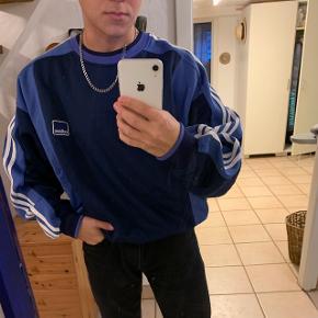 Fed vintage adidas sweatshirt, byd gerne. Sælges kun hvis køber afhenter den her, eller hvis vi kan mødes i kbh
