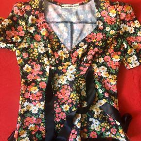 Fin bluse med lange bindebånd der bindes i sløjfe bag på. Fra designeren Kendt, dengang det hed Maria og Kendt. Pris 220 pp