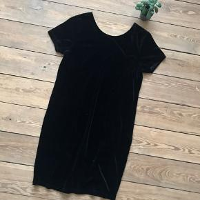 🙏🏼 ALT SKAL VÆK - SÆLGER BILLIGT 🙏🏼  👗 Flot sort velour kjole med dyb udskæring i ryggen  👠 ICHI  👚 Str. M 👑 Den er i super fin stand   🔥Se også mine mange andre annoncer og følg mig gerne - der kommer løbende nyt🔥