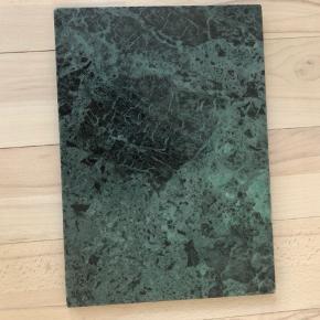 Marmorplade i flot grøn farve fra Skjalm P.  Mål: 24 x 35 x 15. Fremstår som ny. Nypris 330kr. Bytter ikke.