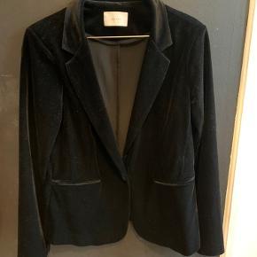 Sælger min mors neo noir blazer i velur.   Ingen tegn på slid. Kan bruge en fnugruller, men Ingen andre ting BYD!