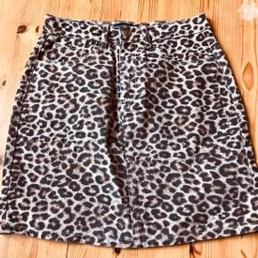 Lys brun bundfarve med leopardmønster. Aldrig brugt. Kraftigt bomuld