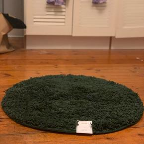 Helt ny, aldrig brugt H&M HOME bademåtte. Flaskegrøn. 70cm i diameter.  200kr på H&M's hjemmeside 🌞