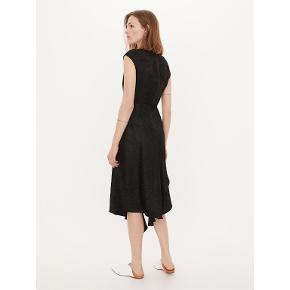 Skøn kjole, med fine detaljer. lidt til den lille side