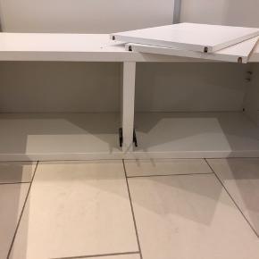 Der er skruehuller i toppladen, da kabinettet har været skruet sammen med et andet ..